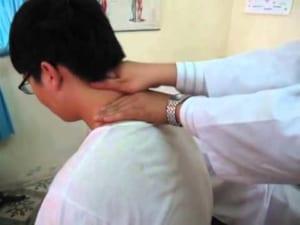 Xoa bóp bấm huyệt điều trị vẹo cổ cấp