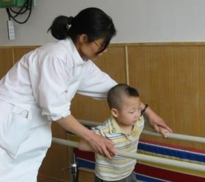 Phục hồi chức năng cho trẻ di chứng viêm não